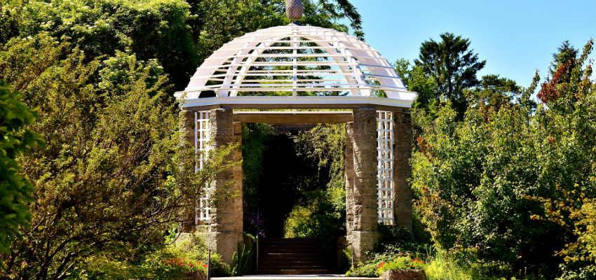 nyd haven med en smuk havepavillon blandt træerne