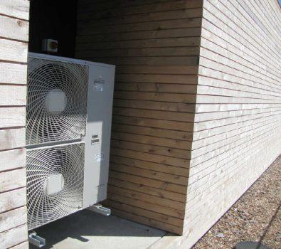 Luft til vand-varmepumpe udendørs i have