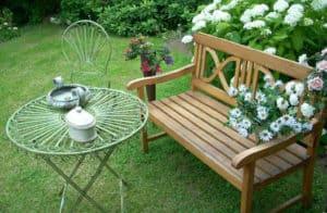 Køb en havebænk i træ til haven